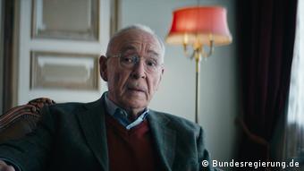 Антон Леман - герой диванного фронта в борьбе с ковидом (кадр из социальной рекламы в Германии, ноябрь 2020)