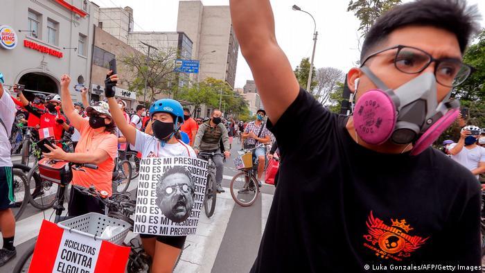 Jóvenes protestan en Lima, Perú.
