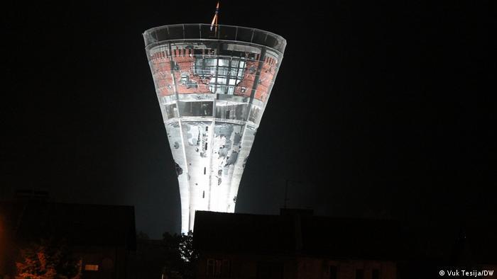 Toranj je visok 50 metara, ali kada ste u ravnici, onda je to dovoljno da dominira pejzažom i uzdiže se iznad krovova kuća pa tako skoro da nema naselja u Vukovaru iz kojeg se ne vidi osvijetljeni simbol grada. (Vuk Tesija/DW)