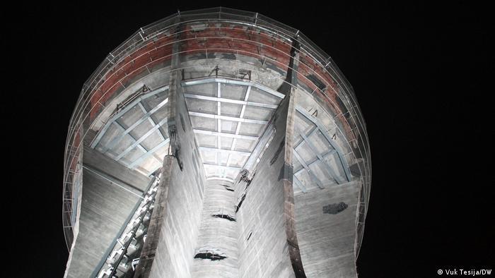 Tijekom trogodišnje obnove izazov je bio kako sačuvati originalno stanje teško oštećene građevine, a opet statički ju učvrstiti i učiniti ju sigurnom za posjetitelje. Toranj osiguravaju čelične grede koje su preuzele nosivu ulogu oštećenih stupova. (Vuk Tesija/DW)