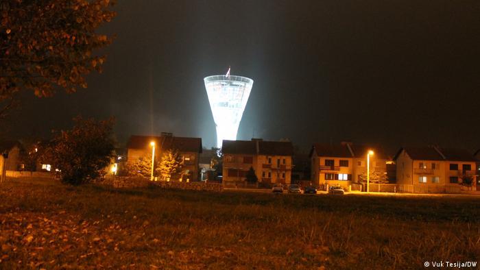 Radovi na obnovi tornja izgrađenog još davne 1968. godine počeli su 2017., a cjelokupni pothvat koštao je 46 milijuna kuna od čega je donacijama prikupljeno 39 milijuna. U financiranje obnove, osim brojnih gradova, općina i županija, ali i samih građana, uključili su se i Hrvati iz iseljeništva. (Vuk Tesija/DW)