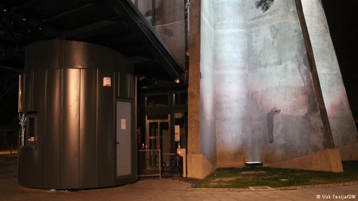 Posjetitelji se liftom mogu popeti na vrh memorijalnog kompleksa, a ulaznica košta 65 kuna. Za one koji se odluče uspeti stubama, ulaznica je 55 kuna. Djeca do 5 godina imaju besplatan ulaz, kao i 100-postotni ratni vojni invalidi. (Vuk Tesija/DW)