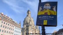 14.11.2020, Sachsen, Dresden: Das offizielle Plakat der Landeshauptstadt Dresden, welches auf die Nutzung von Mund-Nasen-Masken hinweist, hängt an einer Laterne auf dem Neumarkt vor der Frauenkirche. Bund und Länder haben einen Teil-Lockdown beschlossen, unter anderem müssen Gaststätten, Freizeitbetriebe und Kultureinrichtungen schließen. Dazu gehören auch weiterhin das Abstandsgebot und die Maskenpflicht. Foto: Robert Michael/dpa-Zentralbild/dpa +++ dpa-Bildfunk +++ | Verwendung weltweit