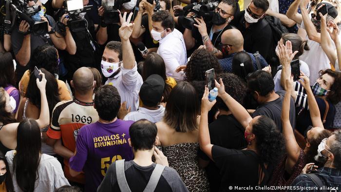 Boulos votando em São Paulo, cercado de apoiadores