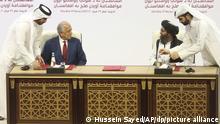 عکس آرشیف از امضای توافقنامه آوردن صلح به افغانستان میان امریکا با طالبان در قطر