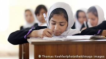 Девочки за партами в афганской школе