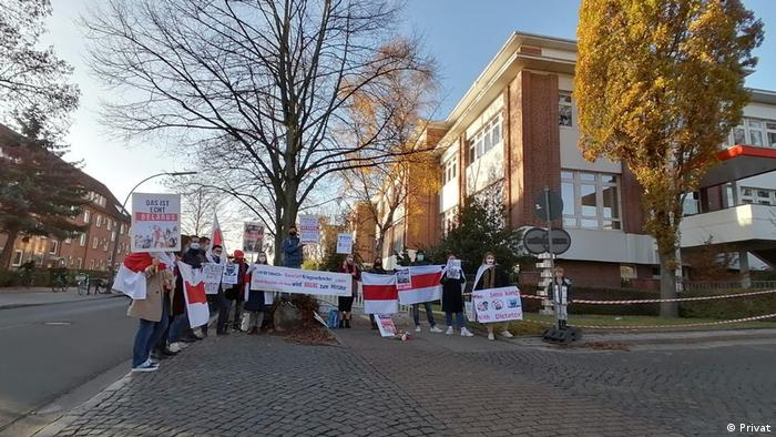 Belarusian protesters in front of the Hauni building in Hamburg
