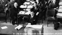 U.S. Prosecutor Robert H. Jackson (center) during the Krupp von Bohlen trial at Nuremberg, 1945 | Keine Weitergabe an Wiederverkäufer.