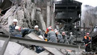 Rescue workers search for survivors on 09 May 2010 at Raspadskaya mine in the Kemerovo region of western Siberia, Russia, after twin coal mine explosions caused by methane gas. 64 miners remain underground at the Raspadskaya company-operated mine, according to a source in the regional department for emergencies. Some of them had been in radio contact with officials outside. EPA/STRINGER +++(c) dpa - Bildfunk+++