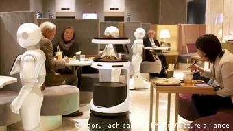 Роботы-официанты в ресторане в Токио