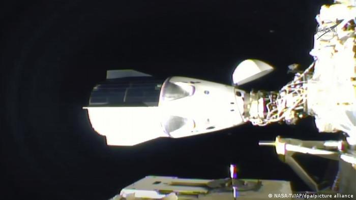 Космический корабль SpaseX стыкуется с МКС, 16 ноября 2020 года