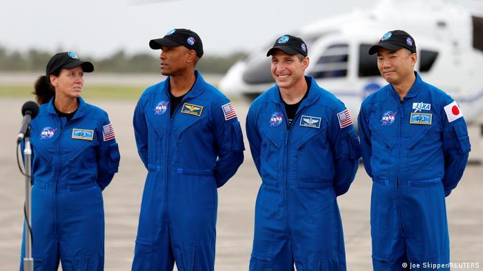 Die Astronauten Shannon Walker, Victor Glover, Michael Hopkins und und Soichi Noguchi (Foto: Joe Skipper/REUTERS)