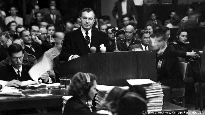 Glavni američki tužilac Robert H. Džekson pred dusom u Nirnbergu