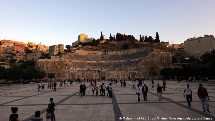 Además de categorizarlos por sus valores de comunidad y sostenibilidad, Lonely Planet también seleccionó destinos por su extraordinaria diversidad. Amán, la capital de Jordania, por ejemplo, representa la famosa hospitalidad jordana con sus tradiciones orientales y beduinas. Además, la capital se ha convertido en un centro artístico e intelectual en el Medio Oriente.