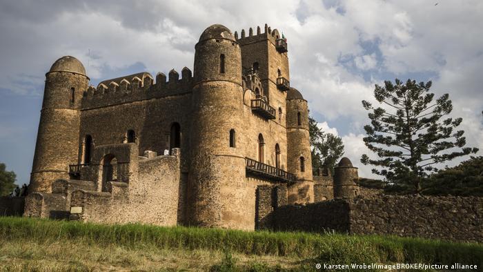 La iniciativa Tesfa Tours, donde los lugareños muestran a los turistas los extraordinarios paisajes de Etiopía, también trata de promover el turismo local. Además de experimentar la naturaleza en los recorridos de senderismo, también se presenta la historia cultural, como la ciudadela fortificada de Fasil Ghebbi (en la imagen), que es patrimonio de la humanidad de la Unesco.