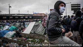 Στιγμιότυπο από την εκκένωση του κέντρου στέγασης μεταναστών στο Saint Dennis στις 17 Νοεμβρίου