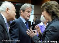 کاترین اشتون  (راست)، مسئول سیاست خارجی اتحادیه اروپا در گفتوگو با برنار کوشنر و  میگل مورانتینوس، وزیران خارجه فرانسه و اسپانیا
