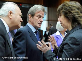Spanish Foreign Minister Miguel Angel Moratinos (L), French Foreign Minister Bernard Kouchner (C) and EU High Representative for Foreign Affairs Catherine Margaret Ashton