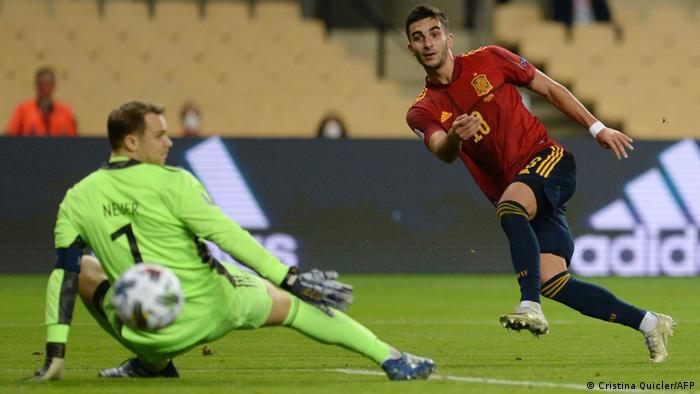 Neuer vê a bola passar após chute certeiro de Ferran Torres
