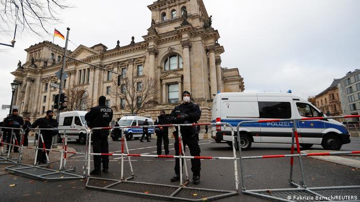 Policías en torno al Bundestag.