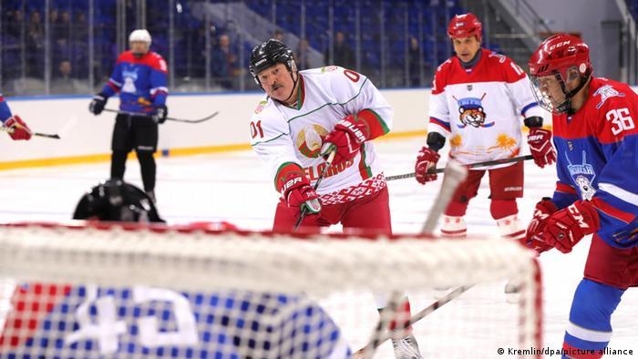 Александр Лукашенко играет в хоккей (фото из архива)