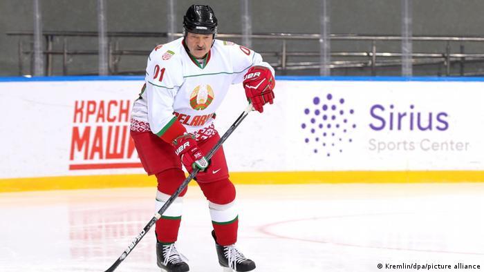 Правитель Беларуси Александр Лукашенко в хоккейной форме на льду