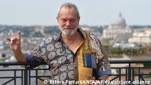 Monty Python: Regisseur Terry Gilliam gestikulierend bei einem Fototermin in Rom 2018 (Ettore Ferrari).