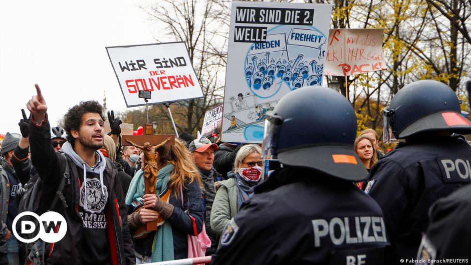Police break up large Berlin protests as Germany passes tougher coronavirus laws | DW | 18.11.2020