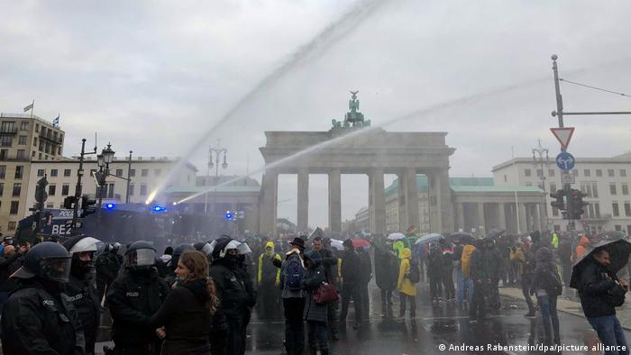 La Policía alemana usó cañones de agua para dispersar a manifestantes. (18.11.2020).