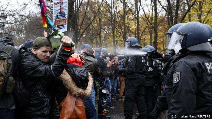 La Policía dispersa a los manifestantes.