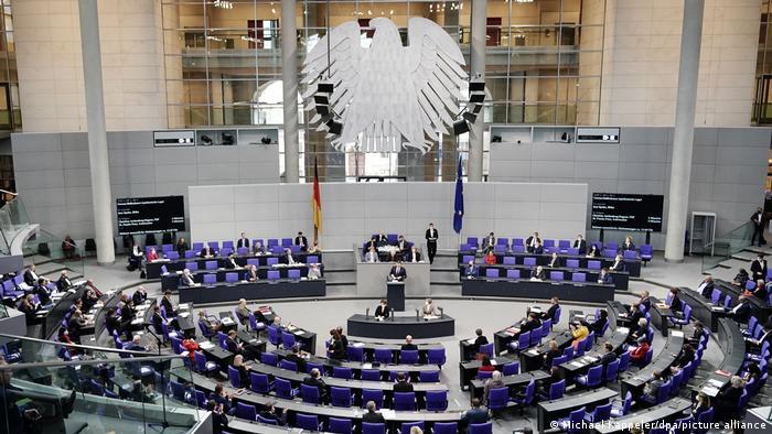 """Dezbatere în Bundestag (camera inferioară a Parlamentului german) pe tema controversatei """"legi de protecție împotriva infecțiilor"""""""