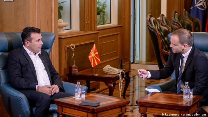 Колегата Борис Георгиевски по време на разговора със Зоран Заев