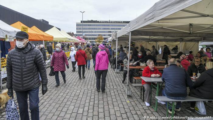 Finlandeses en un mercado en Helsinki.