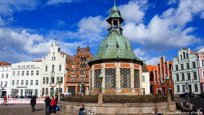 Marktplatz in der Altstadt von Wismar mit Wasserkunst und historischen Giebelhäusern