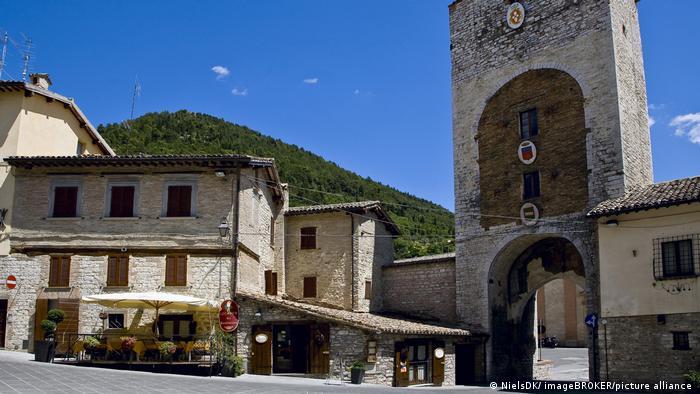 Tor der einer antiken Stadtmauer mit Turm aus hellgrauen Ziegelsteinen