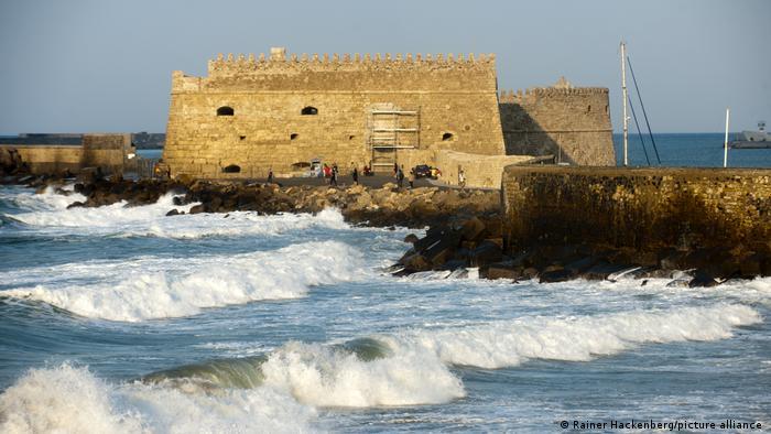 Die Festung Koules auf der Insel Kreta, eine Ruine direkt am Hafenbecken, umspült von Wellen