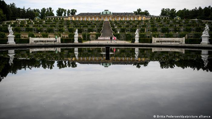 Blick auf die Weinbergterassen von Schloss Sanssouci, im Vordergrund ein großes, rundes Wasserbecken