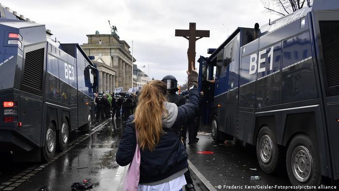 Una cruz contra la Policía.