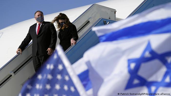 وزير الخارجية الأمريكي مايك بومبيو وزوجته أثناء وصولهما لمطار تل أبيب
