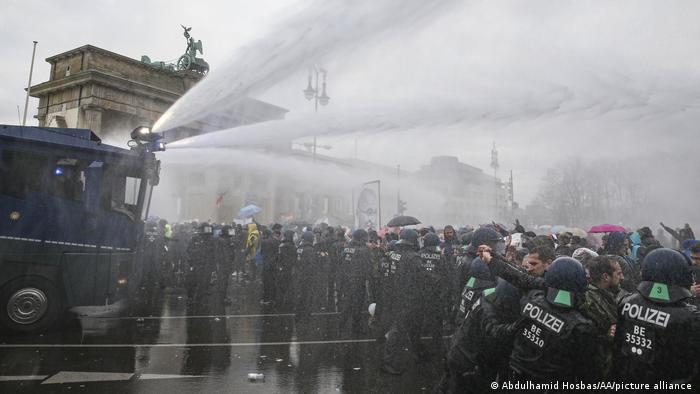 Carros lanzaaguas disuelven las protestas en Berlín.