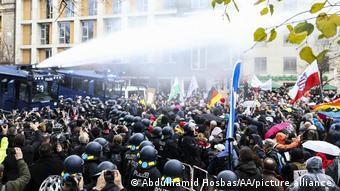 Демонстрация ковид-диссидентов у рейхстага, 18 ноября 2020 года - участников поливают водой