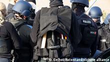 Symbolbilder - Polizeibeamter mit Werkzeugweste