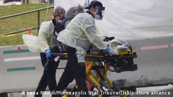 Санитары везут больного на каталке в американском Альбукерке (штат Нью-Мексико)