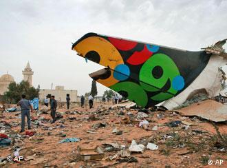 Die abgetrennte Heckflosse der Unglücksmaschine in Libyen (Foto: AP)
