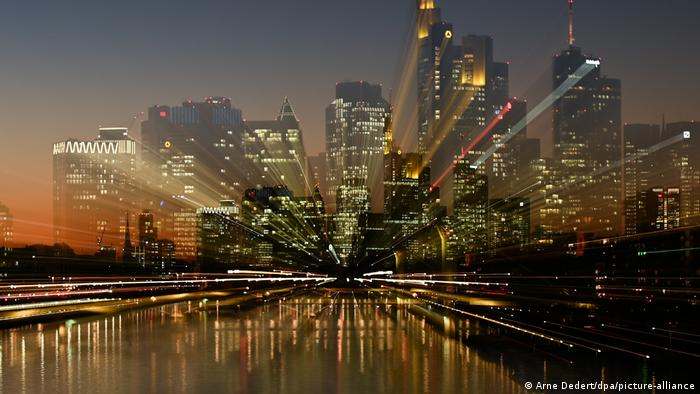 Las luces nocturnas de los altos edificios de Fráncfort del Meno crean una vista espectacular que atrae la mirada. Los rascacielos de la metrópoli económica de Alemania, recortados sobre el cielo fueron trabajados con una técnica fotográfica especial que los duplica y forma un paisaje surreal, gracias a la combinación de un teleobjetivo y una exposición más larga.