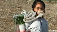 Licypriya Kangujam Beschreibung: Child climate activist Licypriya Kangujam built the survival kit out of trash as a symbolic device to protest air pollution.