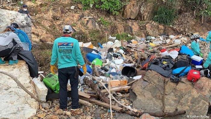 """Equipos participando en el desafío """"Adventure Clean-up Challenge"""" en playas aisladas de Hong Kong."""