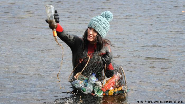 Лаура Сандерсон собирает пластик