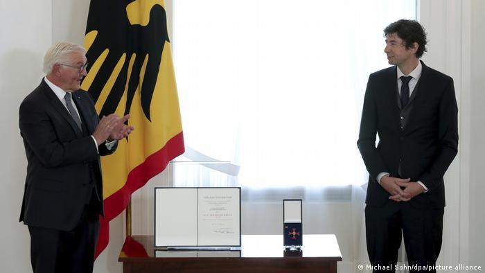 Президент Германии Франк-Вальтер Штайнмайер и Кристиан Дростен во время церемонии вручения наград во дворце Бельвю. Берлин, 1 октября 2020 года
