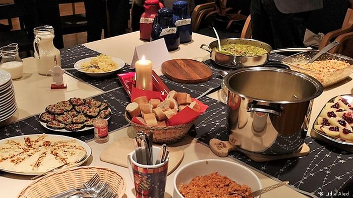 Meja makan yang tertata dengan sajian roti